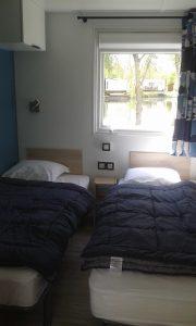 Chambre-deux-lits-simples-mobil-home-location-Pic-Vert-Perche