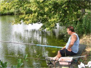 résident-ligne-pêche-pêcheur-étang-eau-camping-sailly-le-sec-puits-tournants