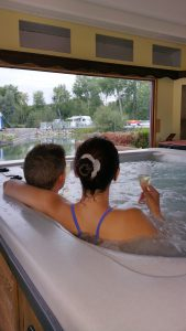 sap-balnéo-jacuzzi-privatif-chalet-zen-détente-camping-puits-tournants-sailly-le-sec-somme-hauts-de-france
