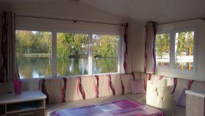 vue-magnifique-panoramique-du-séjour-sur-étang-de-pêche-mobil-home-location-locatif-camping-puits-tournants-sailly-le-sec