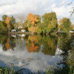 vue-sur-étang-de-pêche-et-emplacements-camping-car-caravanes-bord-de-eau-camping-puits-tournants-sailly-le-sec