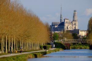 cathédrale-gothique-amiens-vue-canal-somme-véloroute-hauts-de-france